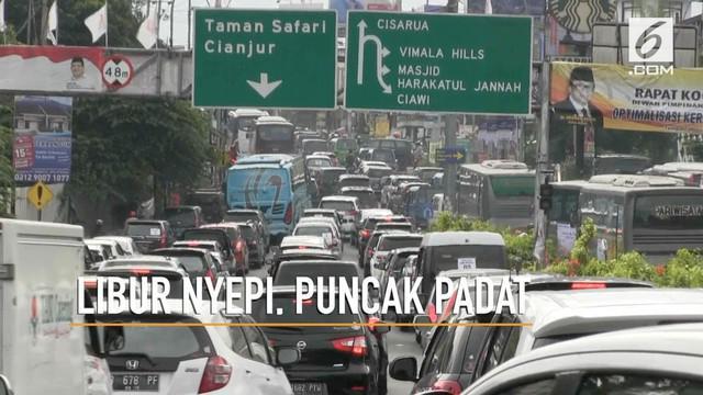 Libur Nyepi lalu lintas di kawasan Puncak, Bogor, Jawa Barat padat Merayap. Kendaraan terjebak kemacetan hingga 10 Kilometer, petugas memberlakukan sistem satu arah.