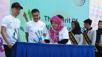 Kepala DP3A, Sri Satuti, menandatangani nota kesepahaman (MoU) dengan Direktur PT Unza Vitalis Cin Ju (kanan), Minggu (23/9/2018). (foto: Liputan6.com/suaramerdeka.com)