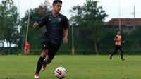 Bek Arema pinjaman dari Borneo FC sudah latihan di Lapangan Kusuma Agro Wisata, Kota Batu (27/2/2020). (Bola.com/Iwan Setiawan)