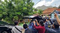 Beberapa anggota KPK langsung meninggalkan kerumunan wartawan, setelah melakukan penggeledahan di rumah salah satu rekanan dalam dugaan kasus korupsi infrastruktur di Kota Banjar. (Liputan6.com/Jayadi Supriadin)