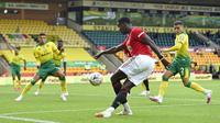Gelandang Manchester United, Paul Pogba, menendang bola saat melawan Norwich City pada laga Piala FA di Carrow Road, Norwich, Sabtu (27/6/2020). Manchester United menang 2-1 atas Norwich City. (AP/Emi Buendia)