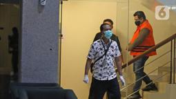 Salah satu tersangka kasus korupsi bansos Covid-19 digiring petugas di Gedung KPK, Jakarta, Minggu (6/12/2020) dini hari. KPK menahan tiga orang tersangka yakni pejabat pembuat komitmen di Kemensos Matheus Joko Santoso serta pihak swasta Ardian IM dan Harry Sidabuke (Liputan6.com/Herman Zakharia)