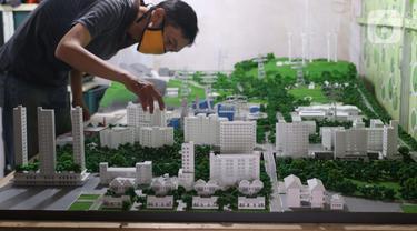 Pekerja tengah membuat maket tata bangunan di industri rumahan di Jakarta, Selasa (2/2/2021). Kementerian Koperasi dan UKM menetapkan enam strategi yang akan diterapkan tahun ini untuk membangkitkan sektor koperasi dan UMKM. produk. (Liputan6.com/Angga Yuniar)