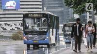 Bus Transjakarta saat melintas di Jalan Jenderal Sudirman, Jakarta, Minggu (1/11/2020). DKI Jakarta meraih penghargaan sebagai Kota Terbaik dunia di bidang inovasi transportasi dalam ajang Sustainable Transport Award (STA) 2021. (merdeka.com/Iqbal S. Nugroho)