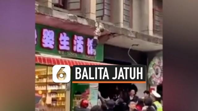 Seorang anak laki-laki berusia 3 tahun jatuh dari lantai 1 sebuah apartemen di China. Beruntung ia selamat karena mendarat di atas sebuah kanopi.