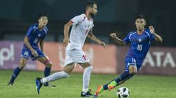 Gelandang Palestina, Sameh Maraaba, berusaha melewati striker Taiwan, Chaoan Chen, pada laga Grup A Asian Games di Stadion Patriot, Jawa Barat, Jumat (10/8/2018). Kedua negara bermain imbang 0-0. (Bola.com/Vitalis Yogi Trisna)