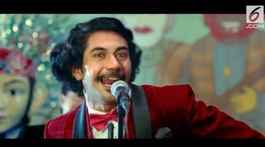 Lewat film terbarunya, aktor Reza Rahadian perankan seniman legendaris yang populer di era 70-an, Benyamin Sueb.