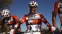 Pebalap sepeda Lesotho, Phetetso Monese, bakal tampil di Olimpiade mengendarai sepeda hasil sumbangan publik. (The Sufferfest)