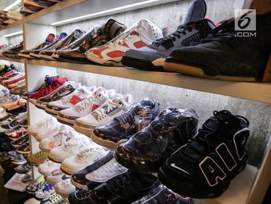 Penjual merapikan sepatu sneaker pada bazar Sneakerpeak Kemang Quatro di Lippo Mall Kemang, Jakarta, Rabu (20/11). Kegiatan bagi para pecinta sneaker mengusung tema Quatro. (Liputan6.com/Fery Pradolo)