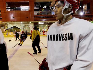 Pemain Timnas Hoki Es Indonesia saat latihan di Bintaro X Change, Rabu (23/10). Sebanyak 18 atlet akan ikut berjuang pada SEA Games 2019 mendatang. (Bola.com/M Iqbal Ichsan)