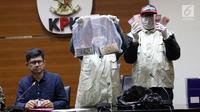 Wakil Ketua KPK, La Ode Muhammad Syarif (kiri) melihat barang bukti uang hasil OTT di Gedung KPK, Jakarta, Sabtu (26/6/2019). Dalam OTT tersebut, KPK menahan dua jaksa, dua pengacara dan satu orang dari swasta. (Liputan6.com/Helmi Fithriansyah)