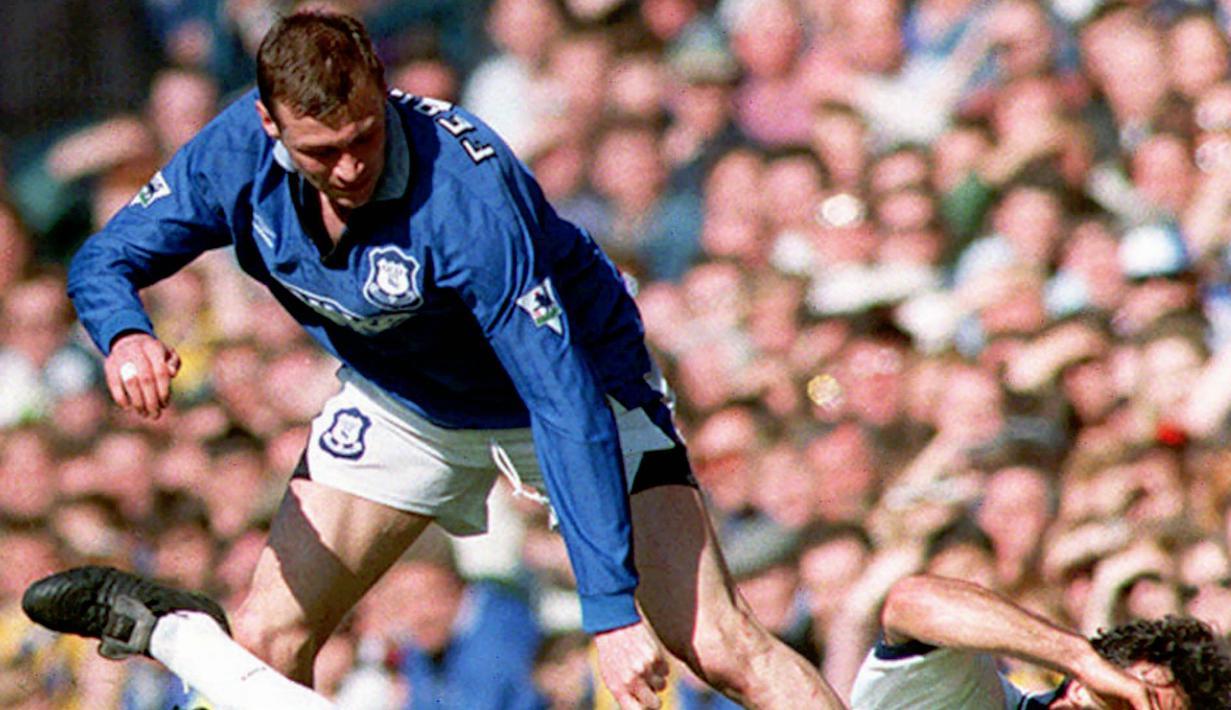 5. Duncan Ferguson - Duncan Ferguson merupakan seorang striker yang pernah bermain di Liga Inggris namun permainanya sangat kasar. Duncan Ferguson pernah mendekam di penjara selam tiga bulan akibat menanduk John McStay ketika bermain untuk Rangers. (AP Photo/Dave Kendall/PA)