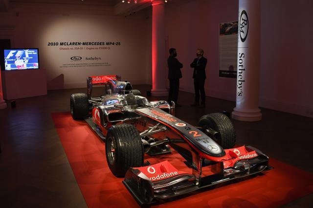 Penampakan mobil McLaren MP4-25A Mercedes yang dikendarai Lewis Hamilton pada GP Turki 2010, di Sotheby London, Selasa (18/5/2021). Mobil yang pernah membawa Hamilton menjadi juara dunia pada 2010 itu diperkirakan akan laku sekitar Rp 71,5 miliar hingga Rp 100 miliar. (AP Photo/Alberto Pezzali)