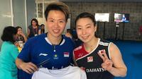 Pebulutangkis Jepang, Arisa Higashino, yang mengaku fans berat Liliyana Natsir memanfaatkan Indonesia Masters 2019 untuk meminta tanda tangan idolanya. (Instagram/@aripei.mee)