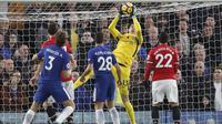 Aksi kiper Chelsea, Thibaut Courtois mengamankan bola dari kejaran pemain Manchester United pada lanjutan Premier League di Stamford Bridge, London, (5/11/2017). Chelsea menang 1-0. (AP/Frank Augstein)