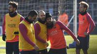 Pemain Barcelona, Andres Iniesta dan Arda Turan tampak bercanda saat mengikuti sesi latihan perdana tahun 2017. Pada latihan ini para pemain Barca tampak rileks. (AFP/Lluis Gene)