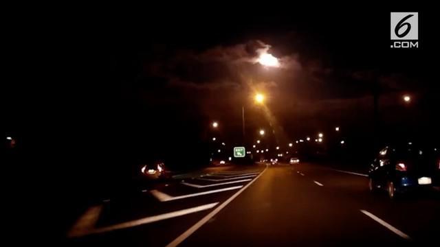 Warga Perth, Australia dikejutkan dengan munculnya bola api bercahaya di langit malam hari. Diduga penampakan tersebut merupakan meteor.