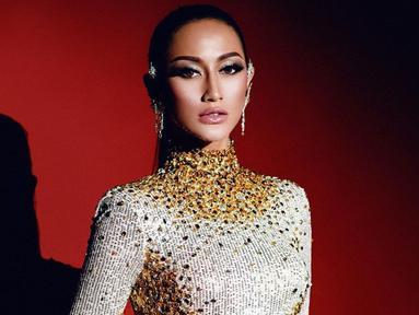 Wanita kelahiran Surabaya ini berhasil menjadi pemenang pada ajang Puteri Indonesia 2020. Tak heran jika ia selalu tampil memesona di berbagai kesempatan. Seperti ketika jalani pemotretan, Ayu tampil elegan dengan gaun slim fit.  (Liputan6.com/IG/@ayumaulida97)