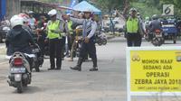 Petugas Polantas dan Dishub mencegat kendaraan roda dua dalam Operasi Zebra Jaya 2018 di kawasan Cinere, Depok, Selasa (30/20). Kegiatan Operasi Zebra 2018 ini berlangsung hingga 12 November 2018 secara serentak se-Indonesia. (Merdeka.com/Arie Basuki)