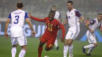 Striker Belgia, Michy Batsuahyi, dikepung pemain Islandia dalam laga lanjutan UEFA Nations League 2018 di Koning Boudewijnstadion, Kamis (15/11/2018) malam waktu setempat. (AP Photo/Francisco Seco)