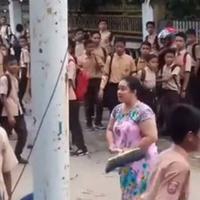 Ini nih, dua aksi emak-emak yang berhasil bubarkan tawuran. Cuma modal barang-barang remeh lho! (Foto: Screenshot YouTube)