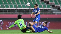 Pemain Jeonbuk Hyundai Motors berebut bola dengan pemain Suwon Samsung Blue Wings pada laga K-League Korea Selatan di Jeonju World Cup Stadium, Jeonju, Jumat (8/5/2020). Jeonbuk Hyundai Motors menang 1-0 atas Suwon Samsung Blue Wings. (AFP/Jung Yeon-Je)