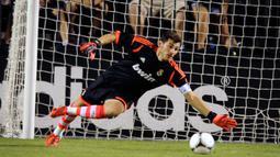 Iker Casillas, berhasil mengantisipasi sebuah tendangan dalam laga persahabatan melawan Santos Laguna di Stadion Sam Boyd, 5 Agustus 2012, Las Vegas, Nevada. Real Madrid menang 2-1.(David Becker/Getty Images)