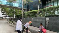 Menteri Sosial Tri Rismaharini atau Risma menyapa tunawisma di Jalan Sudirman, Jakarta Pusat, sebelum bekerja. (dok Humas Kementerian Sosial)