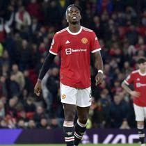 Bak jatuh tertimpa tangga. Setelah tertinggal 0-5, MU malah harus bermain dengan 10 orang. Paul Pogba, yang baru masuk di babak kedua, mendapat kartu merah langsung. (AP Photo/Rui Vieira)