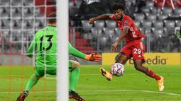 Penyerang Bayern Munchen, Kingsley Coman, berusaha mencetak gol ke gawang Atletico Madrid pada laga Grup A Liga Champions 2020/2021 di Allianz Arena, Kamis (22/10/2020) dini hari WIB. Bayern Munchen menang 4-0 atas Atletico Madrid. (AFP/Andreas Gebert/pool)