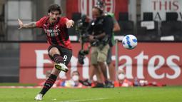 Skuat asuhan Stefano Pioli menekan sejak awal babak pertama. Sandro Tonali berhasil menjadi keran gol AC Milan lewat tendangan bebasnya pada menit ke-12. Gol ini menjadi gol pertama Sandro Tonali sejak berseragam Rosoneri dari tahun 2020 hingga 2021. (Foto: AP/Luca Bruno)
