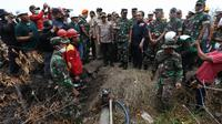 Kapolri Jenderal Tito Karnavian dan Panglima TNI Marsekal Hadi Tjahjanto meninjau kebakaran hutan. (Dokumentasi BNPB)