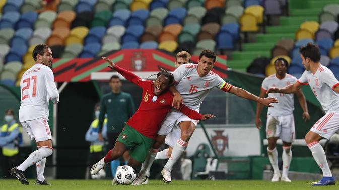 Penyerang Portugal, Renato Sanches (tengah) dilanggar gelandang Spanyol, Rodri pada pertandingan persahabatan di stadion Jose Alvalade di Lisbon, Rabu (7/10/2020). Spanyol bermain imbang 0-0 atas Portugal. (AP Photo/Armando Franca)