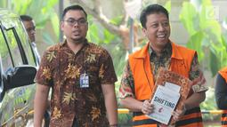 Mantan Ketua Umum PPP Muhammad Romahurmuziy alias Rommy (kanan) tiba untuk menjalani pemeriksaan di Gedung KPK, Jakarta, Rabu (12/6/2019). Rommy diperiksa dalam kapasitas sebagai tersangka kasus dugaan suap jual-beli jabatan di Kementerian Agama. (merdeka.com/Dwi Narwoko)