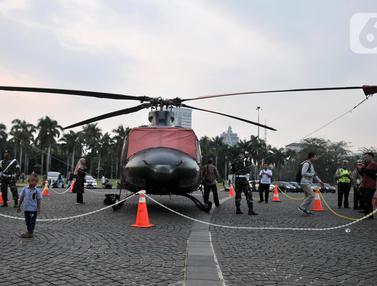 Helikopter TNI-Polri Jadi Objek Foto Pengunjung Monas