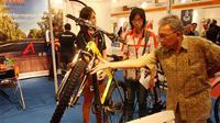 Pengunjung melihat-lihat aneka sepeda yang dijejerkan di pameran InaBicycle, Jakarta, Sabtu (3/5/2014) (Liputan6.com/Faizal Fanani)