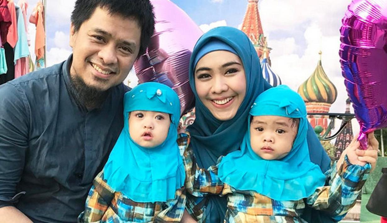 Artis yang mengawali kariernya lewat film Ketika Cinta Bertasbih, Oki Setiana Dewi itu mengaku bahwa pada Ramadan kali merasakan sedih lantaran kedua buah hatinya dilanda penyakit campak secara bersamaan. (Instagram/okisetianadewi)