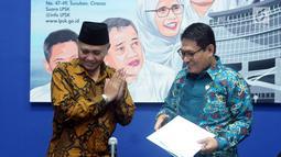 Ketua KPK Agus Rahardjo (kiri) bersama Ketua LPSK Abdul Haris Semendawai usai menandatangani nota kesepahaman di Jakarta, Selasa (17/4). LPSK dan KPK memperbarui kerja sama perlindungan saksi tindak pidana korupsi. (Liputan6.com/Helmi Fithriansyah)