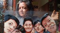Ati Bachtiar dan lukisan kacanya (Foto: Dok. Pribadi/Ati Bachtiar)