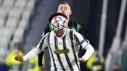 Pemain Juventus, Weston McKennie, berebut bola dengan pemain Ferencvaros, Marcel Heister, pada laga Liga Champions di Turin, Rabu (25/11/2020). Juventus menang dengan skor 2-1. (Marco Alpozzi/LaPresse via AP)