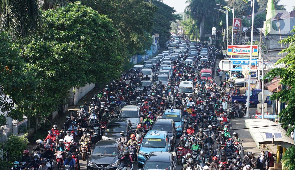 Kendaraan terjebak kemacetan saat melintasi Jalan Lenteng Agung Raya, Tanjung Barat, Jakarta Selatan, Selasa (20/10/2020). Mulai meningkatnya aktivitas warga selama PSBB transisi menyebabkan kemacetan kembali terjadi di sejumlah titik Ibu Kota. (Liputan6.com/Immanuel Antonius)