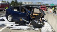 Foto pada tanggal 23 Maret 2018, kondisi mobil listrik Tesla yang hancur usai kecelakaan di Mountain View, California. Mobil Tesla Model X bertabrakan dengan pembatas jalan tol, mobil itu terbakar sebelum dihantam oleh dua mobil lainnya. (KTVU via AP)