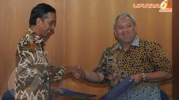 Gubernur DKI Jakarta Joko Widodo berjabat tangan dengan Rektor ITB Prof. Akhmaloka, Dipl.Biotech., Ph.D.Usai menandatangi perpanjangan kerjasama di kantor Rektorat ITB, Kamis (17/04/2014) (Liputan6.com/Herman Zakharia).