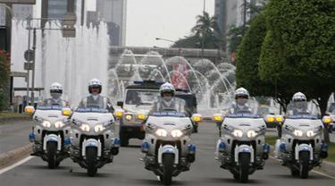Paspampres menggunakan sepeda motor untuk membuka jalur bagi iring-iringan presiden di tengah keramaian lalu lintas.