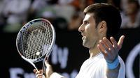 Ekspresi petenis Serbia Novak Djokovic saat menghadapi Denis Istomin di babak kedua Australia Terbuka, Kamis (19/1/2017). Djokovic tersingkir setelah kalah dalam pertarungan lima set. (AP Photo/Aaron Favila)