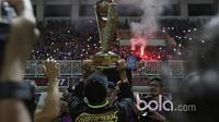 Para Pemain Arema FC merayakan keberhasilan meraih juara Piala Presiden 2017 bersama Aremania di Stadion Pakansari, Bogor, Minggu (12/3/2017). (Bola.com/Nicklas Hanoatubun)