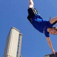 Bukan hanya asal melompat, perempuan ini temukan cara bermain trampolin yang lebih mengasyikkan.