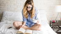 Ilustrasi membaca di pagi hari (iStockphoto)