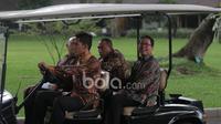 Ketua Umum PSSI, Edy Rahmayadi dan Waketum PSSI, Djoko Driyono menggunakan mobil listrik sebelum bertemu Presiden RI, Joko Widodo di Istana Merdeka, (19/12/2016). (Bola.com/Nicklas Hanoatubun)