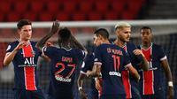 Pemain PSG merayakan kemenangan atas Metz pada laga Liga Prancis di Stadion Parc des Princes, Paris, Kamis (17/9/2020) dini hari WIB. PSG menang 1-0 atas Metz. (AFP/Frankc Fife)